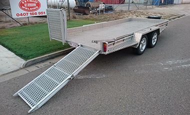 Aluminium tandem trailer with fold up ramps